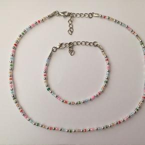Håndlavet halskæde med forsølvet lås og glasperler i regnbue-mønster. Smykkepose medfølger 💕   Stort udvalg på min profil! Husk gratis fragt på ordrer over 100,- i dag og torsdag ☺️
