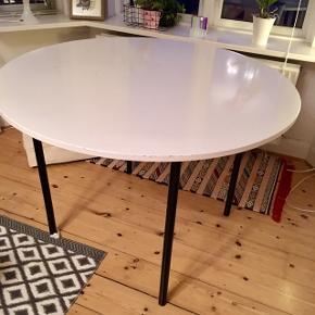 Spisebord, pladen er fra Docksta, Ikea, benene har vi selv skruet på fra et andet bord. Se pletter på bordplaten, anbefales at den males eller bruger en dug,m. En del skønhedsfejl i bordpladen som sagt, men ellers et rigtig godt bord. Unikt siden det er sat sammen af to borde. Leveres framonteret, så det er nemt at hente/fragte.