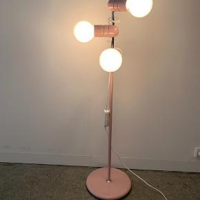 Virkelig smuk rosa vintagelampe. Der er sat ny ledning samt lysdæmper på, og der medfølger nye elpærer.