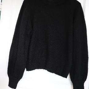 Sælger denne fine, sorte sweater med ballon ærmer i en Str. M🖤 Den er ret nusset.  Skriv pb for flere billeder