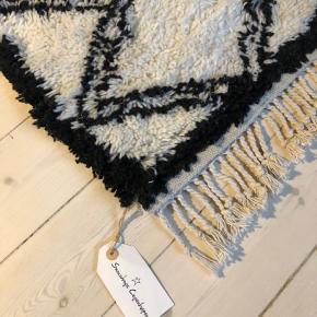 Fået dette lækre snowdrops tæppe i gave, men da jeg allerede har et næsten identisk sælges dette derfor. Mål ca. 160x120