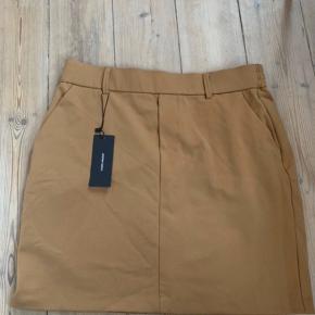 Helt ny nederdel fra Vero Moda. Aldrig brugt og stadig med mærke. Massere af stræk i, så passer en m - xl.