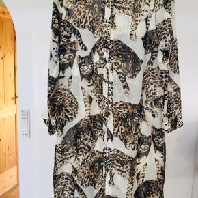 Let gennemsigtig skjortekjole/kimono med print. Kan bæres både åben eller lukket over jeans eller leggings - eller på stranden over bikini👌🏻 Fin stand - brugt ca. 10 gange, vasket 2 gange, ingen skader.   Se også mine andre annoncer med tøj i retrostil, vintagefund og farverige print. Mængderabat gives 💃🏼