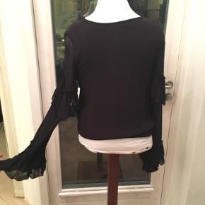 Super fin bluse med lange ærmer med flæser og elastik. Næsten ikke brugt.