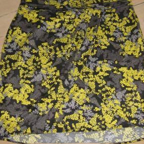 H&M nederdel str. 42. Livvide ca. 2x41 cm. 30kr plus porto (m8901)