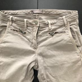 Næsten nye Gustav bukser, let stump, afhængig af højde. De er så fine i en varm sandfarvet. Får dem desværre ikke rigtig brugt. Vasket 2-3 gange.