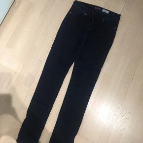 Mørkeblå jeans fra Pieszak, str. 28, længe 34. Smal model. Brugt få gange😊