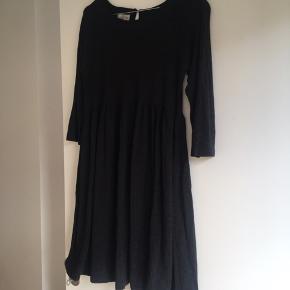 Fin kjole i en mørkegrå -næsten sort farve.