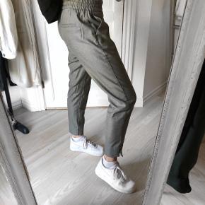 Farve: Grå Lækre og blæde Habbit bukser, fejler intet og næsten aldrig brugt. Købt i Bahne. Byd