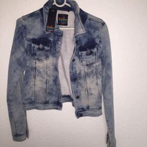 Sælger denne fuldstændig ubrugt jakke fra outfitters nation Np 400kr men den skal enlig bare væk, så hvis du er intra må du hellere end gerne skrive