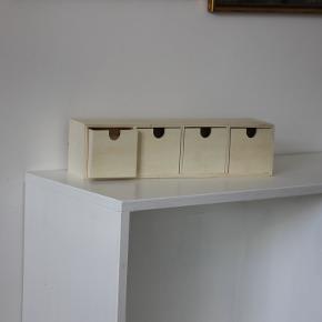4 små skuffer, ubehandlet træ, fra creativ company  Nypris 150 kr.,  indvendigt mål på skuffer 7x7x7,  udvendigt mål 35x8x9 cm
