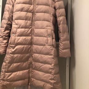 Tommy hilfigher jakker i lang version. Brugt to måneder. Købt til 2399kr. Størrelsen er M.