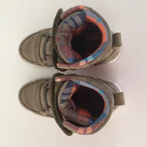 Jeg sælger de her dejlige lækre Hummel støvler til dreng i str. 32 til 250kr.  De fejler intet. Kommer fra røgfrit hjem. De er nærmest som nye.  Min søn har været rigtig glad for dem.  Kan hentes i Holstebro. Skriv hvis det har interesse 🙂