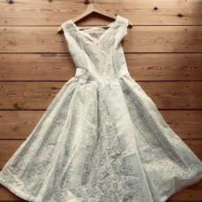 Super fin vintage bohemian cottage core kjole. Let stift crepestof så skørtet er stort. Perfekt til konfirmation eller bryllup. Passer en xs/s