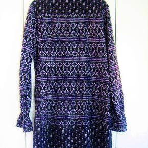 Rigtig skøn tunika i sort og lilla. Materialet er 100 % cotton.  Brystvidde: 50 cm x 2 Længde: 92 cm  Ingen byt, og prisen er fast.