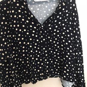 Fin oversize skjorte fra Zara.  Brugt 2 gange.  Nypris 199kr.  Sælges billigt da jeg rydder op.