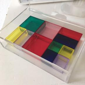 Smykkeskrin fra Nomess. Med små æsker i forskellige størrelser og farver.