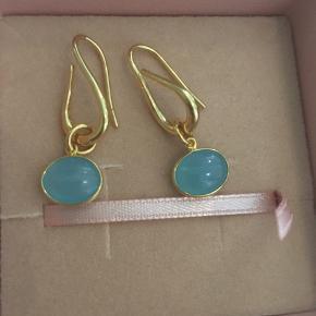 Helt nye øreringe i forgyldt sterling sølv med blå kalcedon. Meget fine, måler 3 cm.