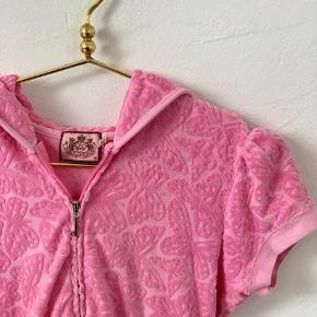 Pink vest/ kortærmet joggingtrøje fra Juicy Couture i str. M. Skriv for detaljer/billeder.   Kom gerne med bud :)