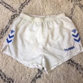 sender pakker i morgen, send mig en besked hvis du skal have disse med 🌸  Fine hvide retro Hummel shorts med indershorts Lækre shorts til sommeren  Er altid klar på en hurtig handel ☺️🌸