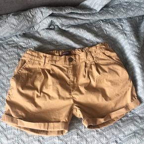 Superlækre shorts i trendy camel farve, kun prøvet på, købt desværre for store.