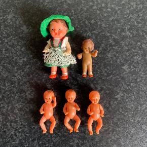 Små gamle dukker til dukkehus / dukkehus-dukker / baby dukker. Højde er 7 og 5 cm. Sælges samlet. Kan sendes for 37 kr.