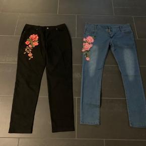 Jeans med blomster broderi på det ene lår. Begge svarer til str xl.  Aldrig brugt  150kr stk eller begge for 270kr  Køber betaler Porto.