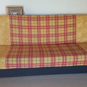 GRATIS! Fin retro sovesofa. Kan sagtens klare mange flere nætter.  Måler 200x115 cm, når den er slået ud. Under sofaen er der opbevaringsplads til dyner, sengetøj osv.  Kan afhentes gratis.