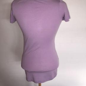 Smart t-shirt i flot lilla farve. Ikke brugt meget - fremstår  derfor som ny. Str. XS/S Bytter ikke. Se også mine øvrige annoncer. (13)