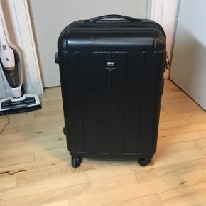 65 cm, svarer til mellem str. Passer godt til 20 kg bagage. 4 hjul og TSA lås.