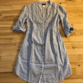 Helt ny skjorte/tunika/kjole fra H&M i lyseblå og hvid stribet med fine detaljer. Aldrig brugt.