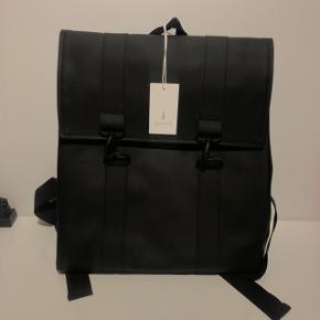 HELT NY praktisk og vandtæt 'Rains' rygsæk med computerrum. Har stadig prismærke på, da den er ubrugt.