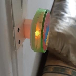 Natlys, natlampe, der virker fra stikkontakt, kr 100. Sendes gerne for en køberens regning.