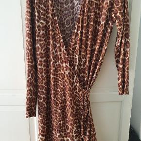 Fineste slå om kjole i Leo print. Kan hentes på Østerbro eller sendes på købers regning.