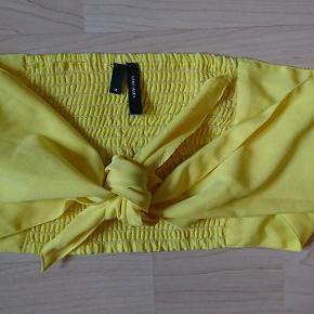Citrongul crop top /sol top / strand top fra Vero Moda .  🔎 Andre søgeord:  Gul , lemon , bindes foran , tie front , tie-front , beachwear , smock   HALV PRIS PÅ ALT I DAG