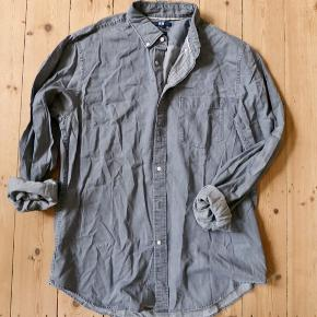 Uniqlo shirt. Excellent condition. Original price 250 DKK