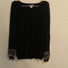 Sød striksweater i tynd strik, med fine detaljer på ærmerne