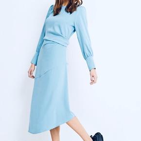 Rigtig fin asymmetrisk kjole med pufærmer. Aldrig brugt, stadig med prismærke.  Bytter ikke. Afhentes i Roskilde eller sendes med DAO på købers regning🌸📦