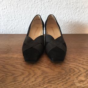 Der er en plet inde i den en sko, se billede