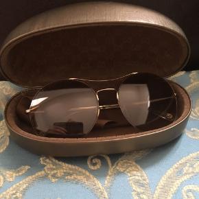 Gucci solbriller nærmest ikke brugt, fordi de ikke lige var min stil, men ingen tvivl om at de er lækre. Ny pris 2200. Købt Hans Laursen optik i Vejle.