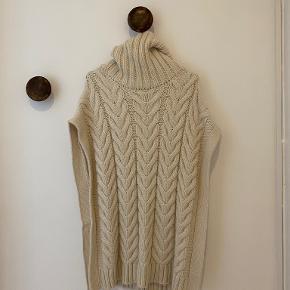Beige sweater vest fra Zara købt sidste år. Brugt en enkelt gang. Byd gerne :)
