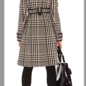 Smukkeste frakke fra Karen Millen i uld./læder.  Har en lække pasform og blød at have på  Kan passes af M/L Str: Uk: 16 men frakken svar til M/L Længden 104 cm Farve: se billeder   Np pris 3600kr  Mp: 750kr  Fast pris, eller beholder jeg.   Sender via Dao