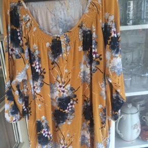 Jersey bluse med smukt print. Ikke brugt meget. 95% viskose, 5% elastan