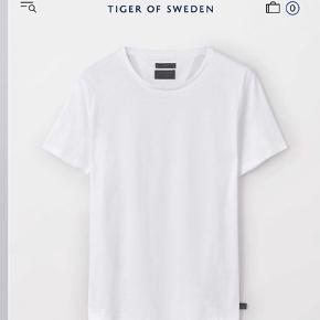 God plain tshirt, stadig i rigtig god stand.  OBS! Der er 2 forskellige modeller. Tiger jeans og en fra deres main kollektion. Forskel ligger i tykkelse og i pasformen. Tiger jeans er lidt løsere.   Fast pris 100kr ekskl porto Np Tiger Jeans: 400 Main kollektion: 450kr