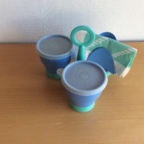 Trekløver med 2 skåle og 1 holder til servietter.  Servietterne er ikke så pæne, har stået i skab og ikke brugt så meget.