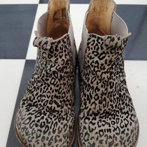 Leopard støvler fra angulus. Stroppen bagpå er gået af, derfor prisen.