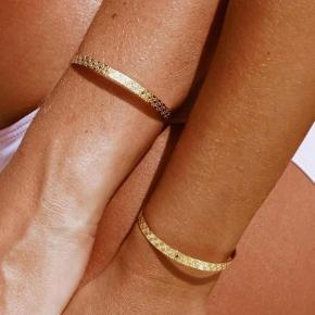 Smukt armbånd med blomstermønster belagt med 18karat guld  Aldrig brugt