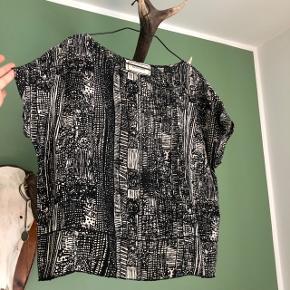 100% silke T-shirt, top, bluse, trøje fra by Malene Birger. Super fin, klassisk og tidsløs.
