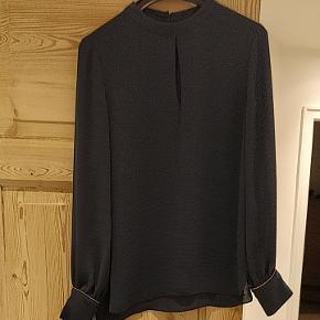Super fin bluse fra Hoss Intropia. Gulddetalje ved ærmet. Brugt få gange ✨