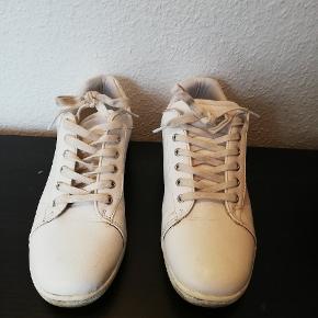 Fine sneakers. Brugt i en kort periode. Ingen skrammer eller lign. Tager ikke billede af tøjet på 🌺